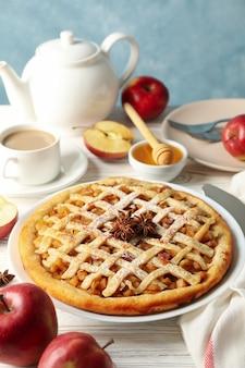 Composizione con la torta di mele e gli ingredienti su fondo di legno. cibo fatto in casa