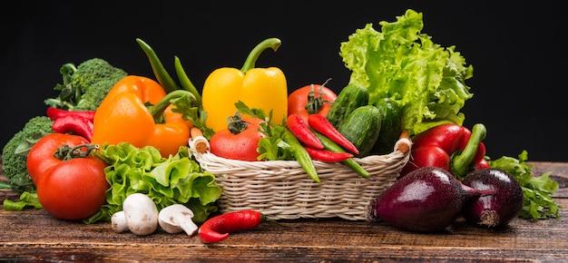 Composizione con verdure organiche crude assortite