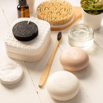 Composizione con accessori da bagno e per la cura della pelle