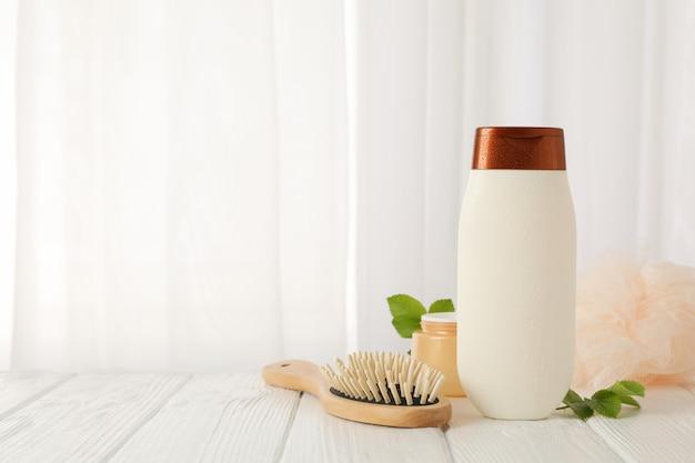 Composizione con prodotti per la cura del corpo sulla tavola di legno