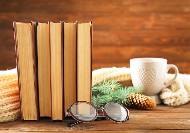 Composizione con libri su fondo in legno