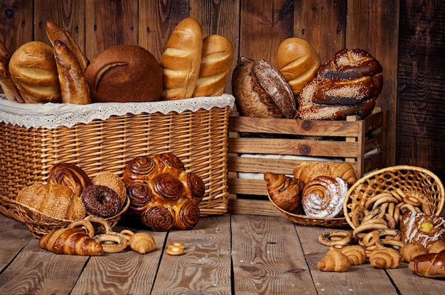 Composizione con pane e panini in cesto di vimini.