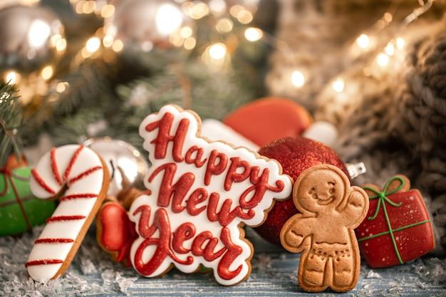 Composizione con biscotti di panpepato glassati di natale luminosi su uno sfondo sfocato con bokeh. prepara i biscotti per i compiti per natale.