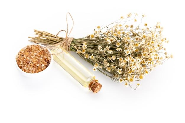 Composizione con fiori di camomilla e cosmetici fatti in casa, olio essenziale, sopa, vista dall'alto