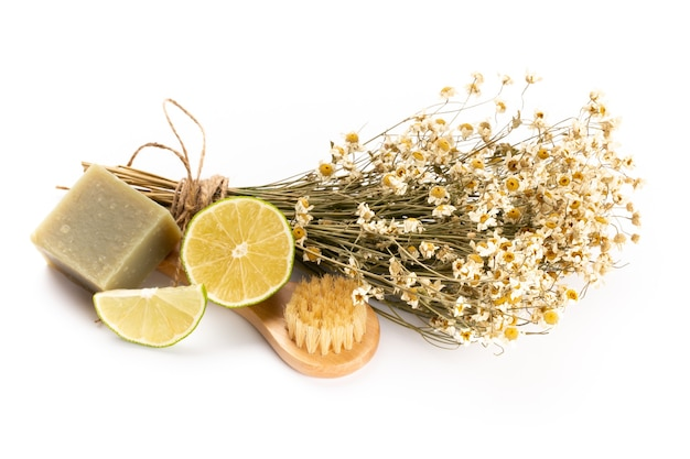 Composizione con fiori di camomilla e cosmetici fatti in casa, olio essenziale