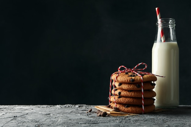 Composizione con biscotti con patatine fritte e latte sul tavolo grigio