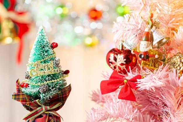 Composizione con l'albero di abete delle decorazioni di natale su bianco
