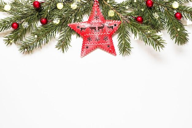 Composizione con rami di albero di natale, stelle e luci di natale