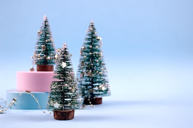 Composizione con alberi di natale decorati con stelle