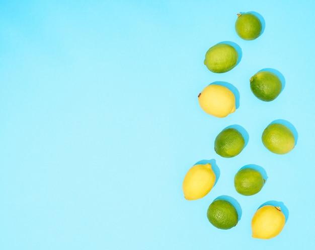 Composizione con agrumi su sfondo blu, vista dall'alto.