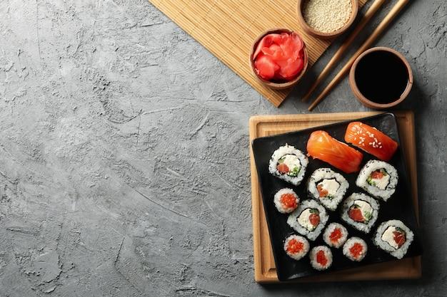 Composizione con deliziosi involtini di sushi. cibo giapponese