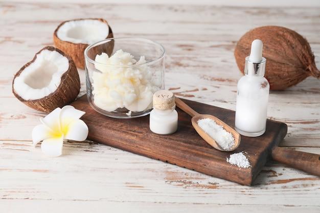 Composizione con diversi prodotti di cocco sul tavolo