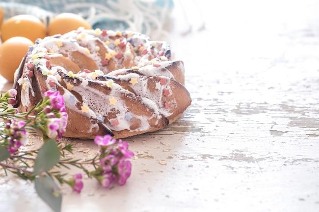 Composizione con la torta e le uova dolci di pasqua