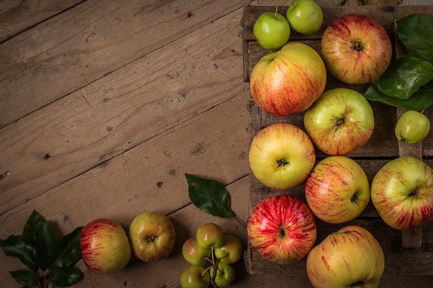 Composizione con mele fresche sul tavolo rustico