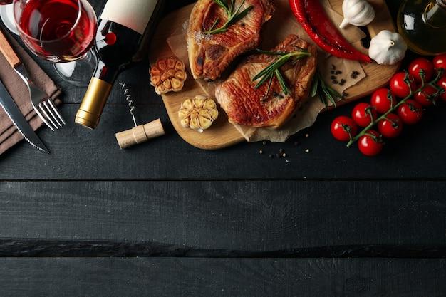 Composizione con bistecche fritte e vino. piatti alla griglia