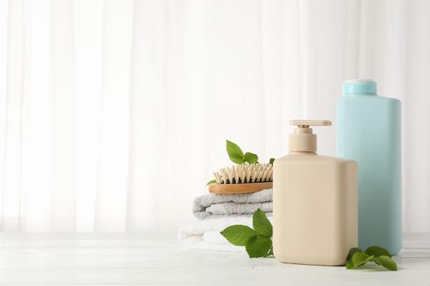 Composizione con prodotti per la cura dei capelli sul tavolo di legno