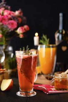 Composizione con bevande alcoliche calde a base di erbe e frutta con ingredienti sul tavolo