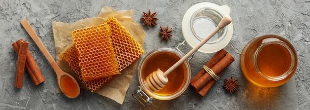 Composizione con favi, miele e cannella