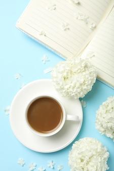 Composizione con fiori di ortensia e caffè su spazio blu