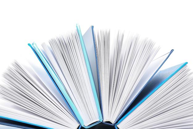 Composizione con molti libri sulla superficie bianca