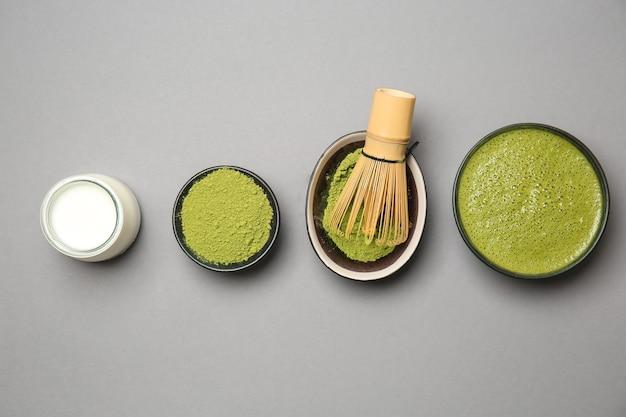 Composizione con tè matcha su sfondo grigio