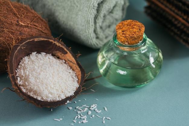 Composizione con crema corpo cosmetica all'olio di cocco biologico naturale su colore azzurro