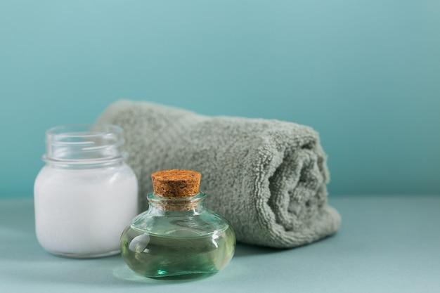 Composizione con lozione cosmetica per il corpo all'olio di cocco biologico naturale su colore azzurro