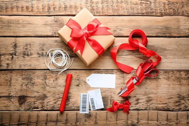 Composizione con pacco regalo su tavola di legno