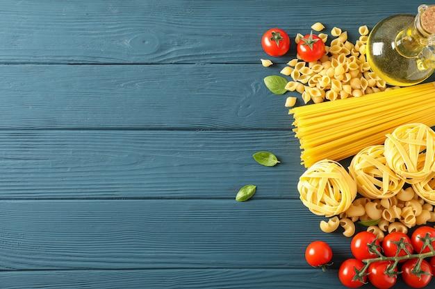 Composizione con gli ingredienti della pasta su fondo di legno, spazio per testo e vista superiore