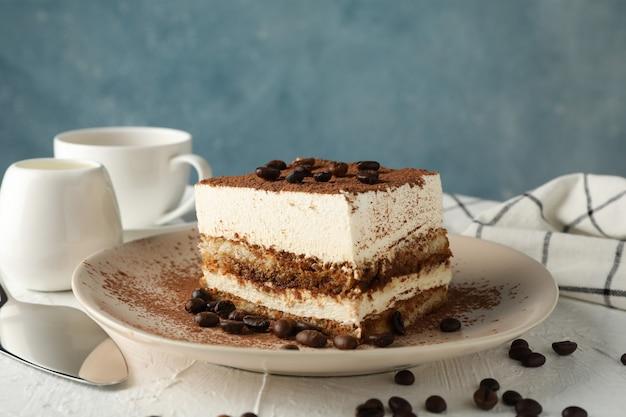 Composizione con piatto di gustoso tiramisù su sfondo bianco. delizioso dessert