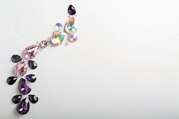Composizione con pietre preziose per gioielli su uno spazio bianco