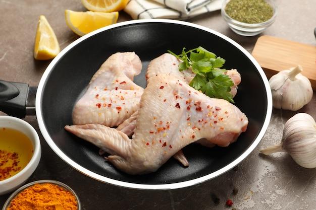 Composizione con carne di pollo e ingredienti crudi. cucinare il pollo