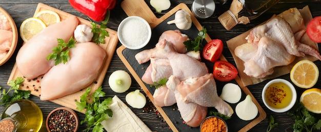 Composizione con carne di pollo cruda su legno, vista dall'alto