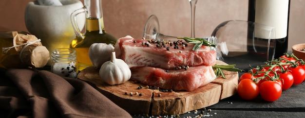 Composizione con carne cruda e ingredienti. concetto di bistecca di cottura