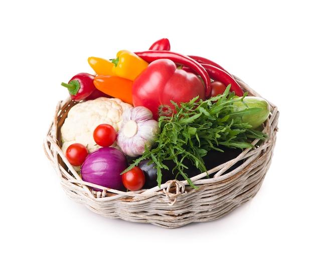 Composizione con verdure crude isolate su bianco.