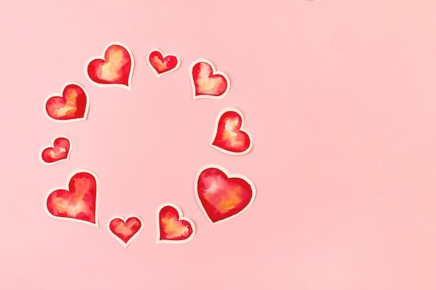 Composizione con cuori di carta acquerello rosso. sfondo con copia spazio per il giorno di san valentino.