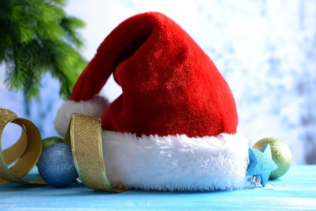Composizione con cappello rosso di babbo natale e decorazioni natalizie