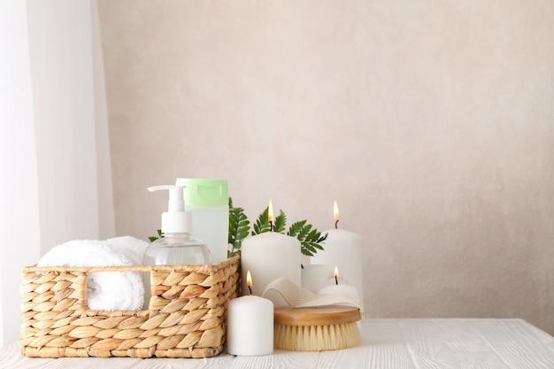 Composizione con accessori spa su bianco. cura del corpo