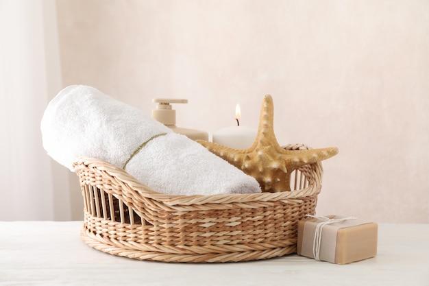 Composizione con forniture spa su legno bianco, copia spazio