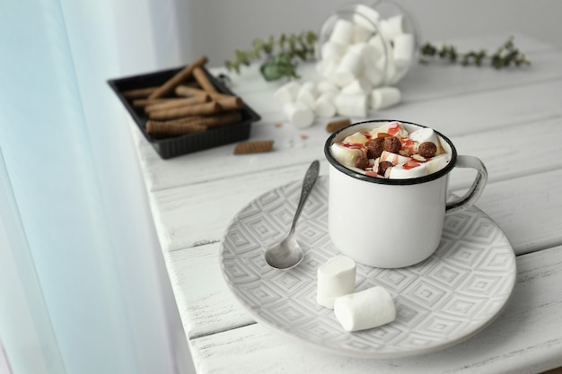 Composizione con gustosa cacao e marshmallow su tavola di legno