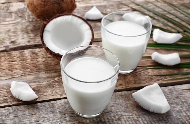 Composizione con gustoso latte di cocco su fondo in legno