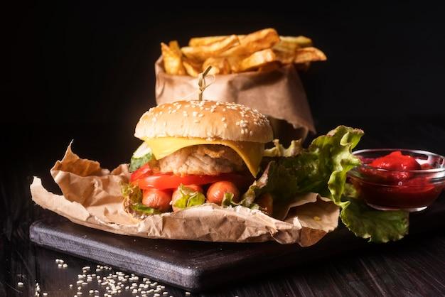 Composizione con gustosi hamburger e patatine fritte