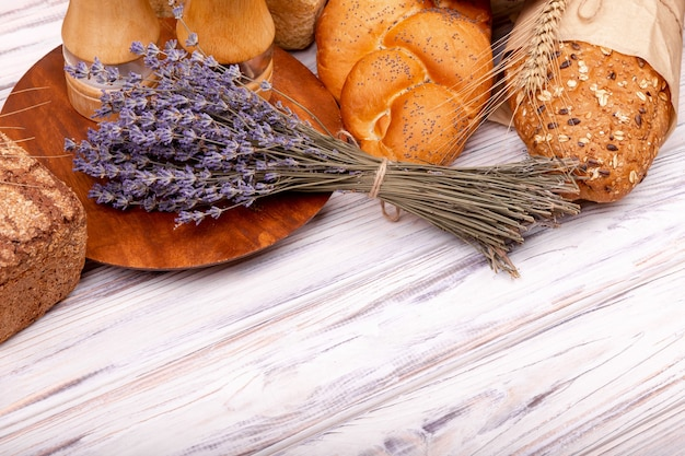 Composizione con gustosa cottura alla lavanda sulla tavola di legno. lavanda