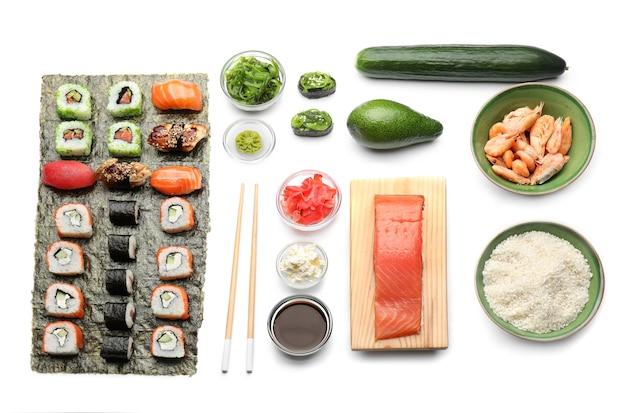 Composizione con gustoso sushi su bianco