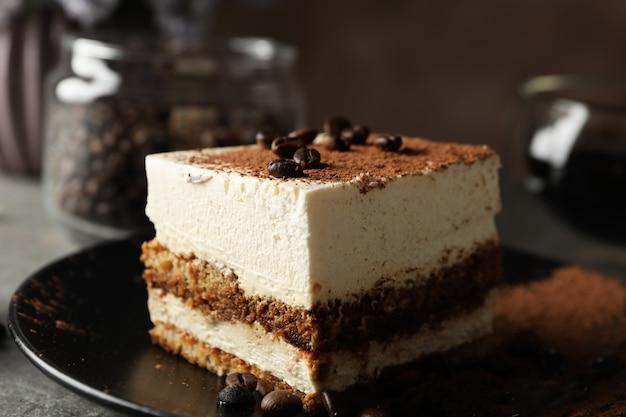 Composizione con gustoso tiramisù e caffè. delizioso dessert