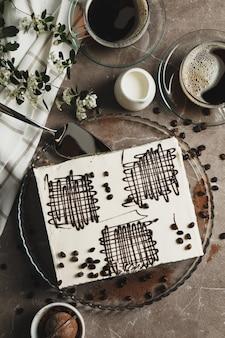 Composizione con tiramisù su sfondo marrone, vista dall'alto. dolce dessert