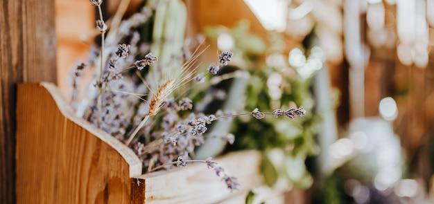 Composizione del tavolo da cucina rustico in legno all'aperto con decorazioni di piante di lavanda, verdure. casa di campagna in estate