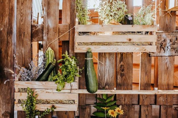 Composizione del tavolo da cucina rustico in legno all'aperto con decorazioni di piante, verdure. casa di campagna in estate