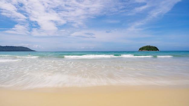 Composizioni di paesaggio mare tropicale bellissima spiaggia sabbiosa natura per lo sfondo e il design estivo.