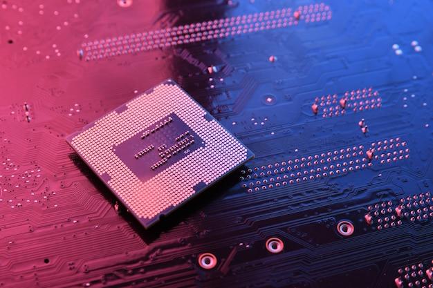 Chip del processore della cpu del computer sul circuito, scheda madre